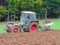 Traktor fahren am Bayerischer Wald Erlebnis Bauernhof Urlaub in Bayern