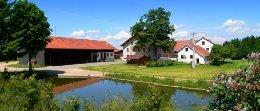 guthof-familienbauernhof-bayerwald-ansicht-panorama-260