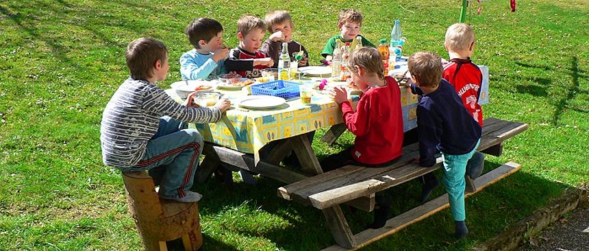 Kindergeburtstag am Bauernhof Party feiern Geburtstagstisch
